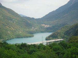 Il lago di cavazzo dalla pieve di Cesclans